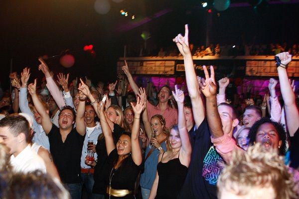 feest met live muziek en live dj  in de club, het cafe, de kroeg of de dancing - liever live