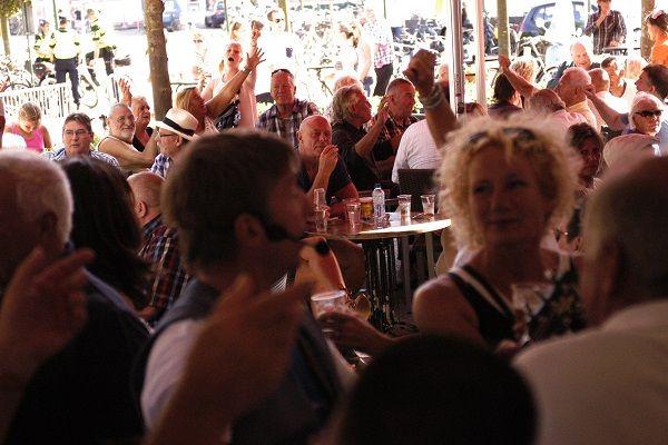 Feest in het cafe, de kroeg, restaurtan of op een openbare plek met live muziek en een live dj - liever live