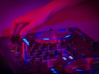 Openingsfeest - bedrijfsfeest met live muziek & dj of een themafeest - liever live - DJ