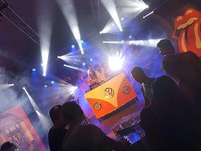 Flower Power Party - Hippie themafeest met live muziek, live dj, entertainment & decoratie - Liever live - Themafeest met woodstock sfeer