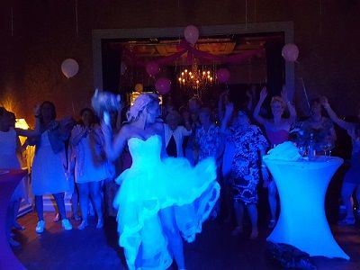 Bruiloftsfeest met Live Muziek & DJ - Uniek huwelijksfeest of live muziek tijdens de ceremonie op jullie bruiloft- zanger & gitarist - Bloemetje gooien