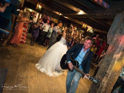 Bruiloft met live muziek en dj - feest met de unieke combinatie van een zanger en gitarist met een dj! liever live - live muziek tijdens je huwelijksfeest