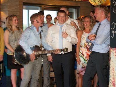 Bruiloft met live muziek en dj - feest met de unieke combinatie van een zanger en gitarist met een dj! liever live - live muziek of een dj tijdens de ceremonie