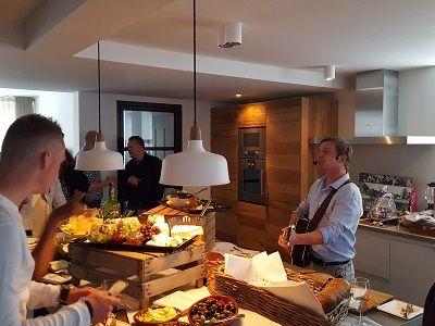 Open Huis - Nieuwe woning, housewarming of tuinfeest met live muziek & DJ - De zanger/gitarist & dj zorgen voor een uniek feest - housewarming of tuinfeest