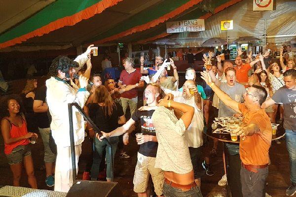 Dorpsfeest, buurtfeest, straatfeest, tentfeest of een ander feest met live muziek & dj - themafeest, evenement of pubquiz organiseren met live muzikant en dj