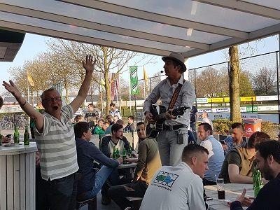 Verenigingsfeest - voetbalclub, sportclub, studentenfeest, vrijwilligersfeest of een andere gelegenheid voor een feestje - Live muziek & DJ voor elk feest! Themafeest organiseren - bel lieverlive.nl voor een uniek feest
