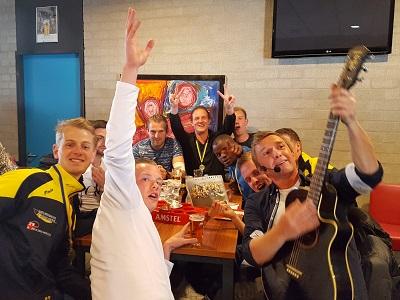 Verenigingsfeest - voetbalclub, sportclub, studentenfeest, vrijwilligersfeest of een andere gelegenheid voor een feestje - Live muziek & DJ voor elk feest! Themafeest organiseren - bel lieverlive.nl voor een uniek feest met zanger/gitarist & dj