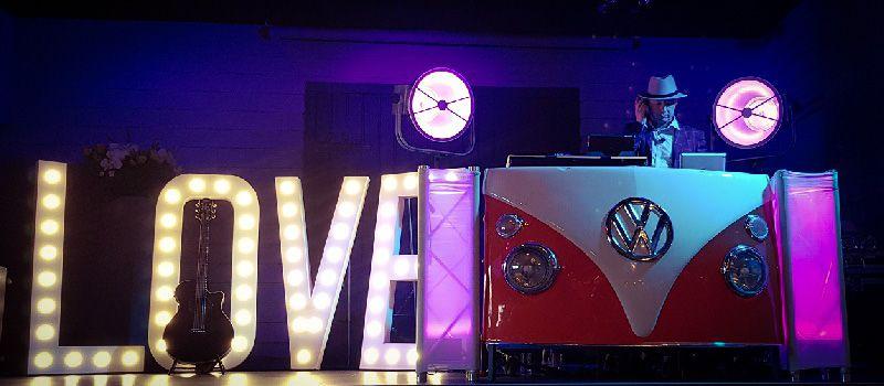 Bruiloftsfeest - Trouwen en een feest of ceremonie met live muziek & DJ - Led booth voor een unieke uitstraling